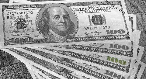 الدولار يستعيد توازنه والأنظار على مخاطر إجراءات العزل