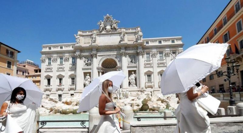 بفساتين الزفاف.. إيطاليات يخرجن احتجاجاً على تأجيل أفراحهن Bb0Doc-P-722467-637299139640473433