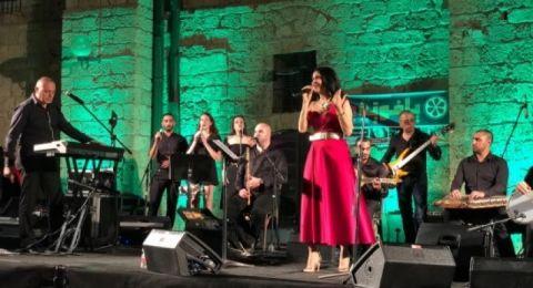 الفنانة الفلسطينية القديرة سيدر زيتون تتألق في مهرجان المرأة في يافا