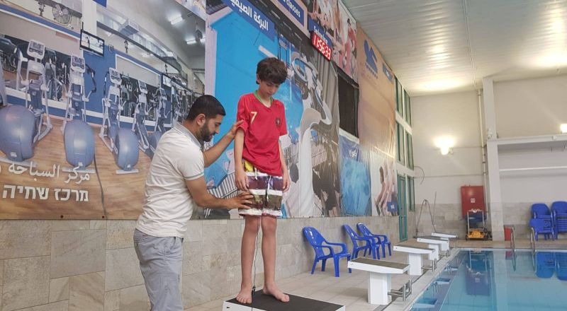الفنان الشاب رضا سليمان للمستجمين العرب: عنصرية في برك السباحة؟! تسكتوش!