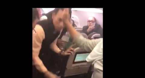 انفجار شاحن متنقل أثناء رحلة طيران.. والشركة تكشف مصير الطائرة