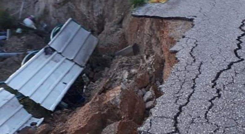 انهيار شارع وجدار في عين ماهل بسبب الأمطار