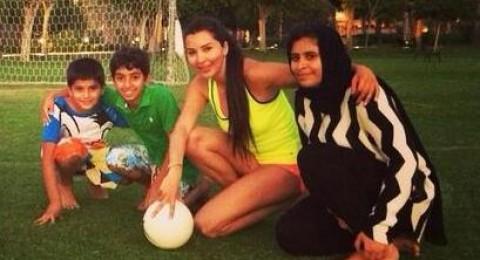 لاميتا فرنجية تلعب كرة القدم مع الأطفال