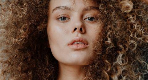 3 طرق آمنة لتجعيد الشعر فى المنزل.. الضفائر والعقدة العلوية الأبرز