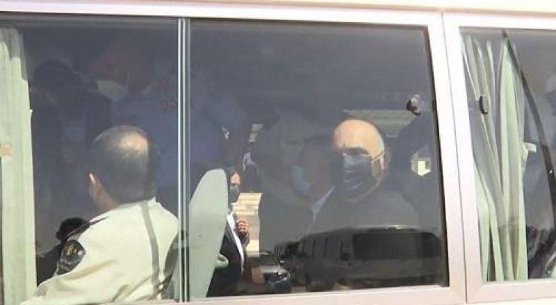رئيس الوزراء الأردني يستقل حافلة للنقل العام