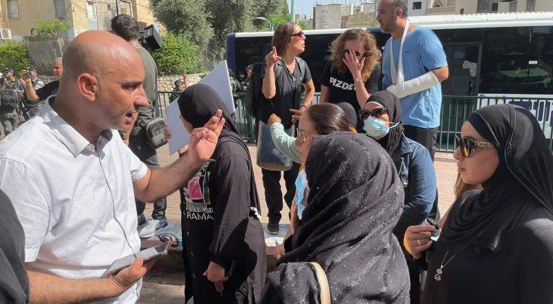 اللد: أهال يتظاهرون ضد محاولات النواة التوراتية والبلدية السيطرة على ساحة مدرسة عربية!