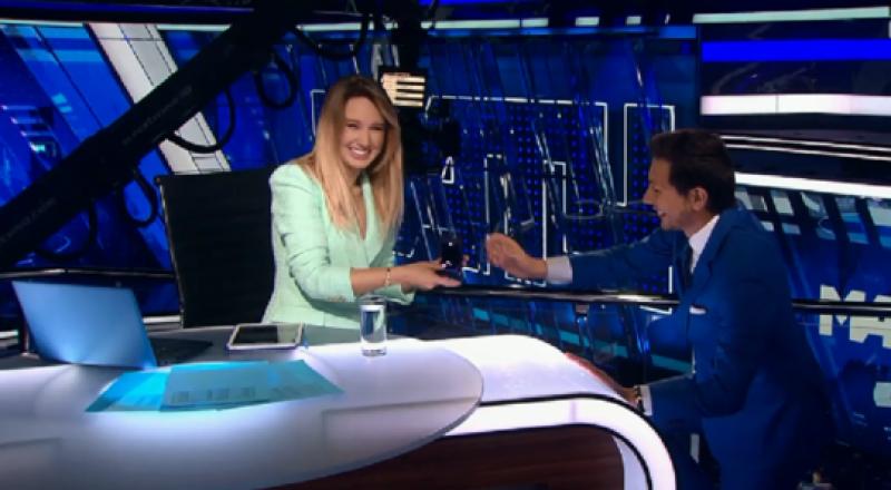 مقدم برامج رياضية يفاجئ زميلته بعرض زواج في بث مباشر على الهواء