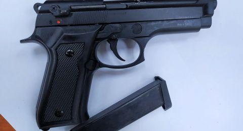 ضبط ثلاثة مسدسات خلال تفتيش في مدينة اللد