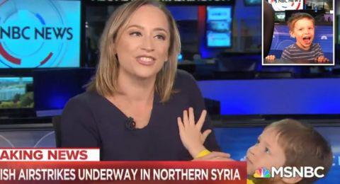 مذيعة تتفاجأ بطفلها يقتحم الأستديو خلال البث المباشر