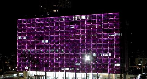 أكتوبر 2019 – شهر التوعية حول سرطان الثدي: شريط زهري على المنطاد في بارك هيركون