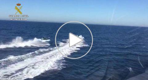 فيديو للمطاردة المثيرة.. مهربو مخدرات أنقذوا شرطيين من الغرق