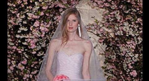 لكسر القاعدة.. فساتين زفاف باللون الزهري