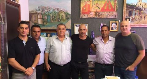 بطل كمال الأجسام عيسى كسابري يزور رئيس بلدية الناصرة