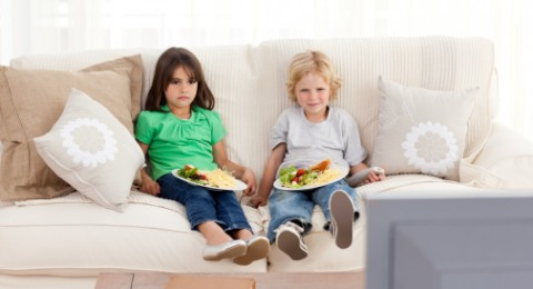 دراسة:الأكل أثناء مشاهدة التلفزيون خطر على الصحة