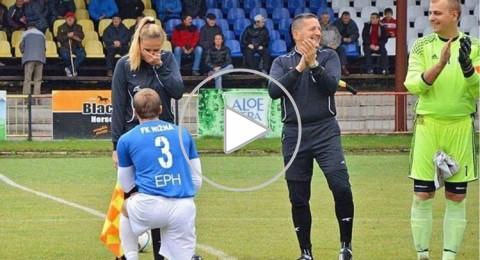 لاعب يطلب الزواج من حكم المباراة (فيديو)