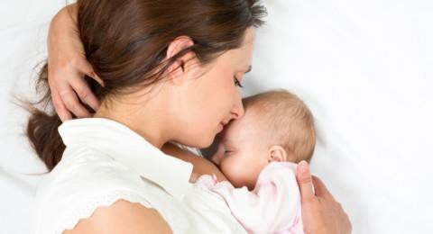 بحث: مشاركة الطفل لسرير الأم يجعله أكثر إستفادة من حليبها