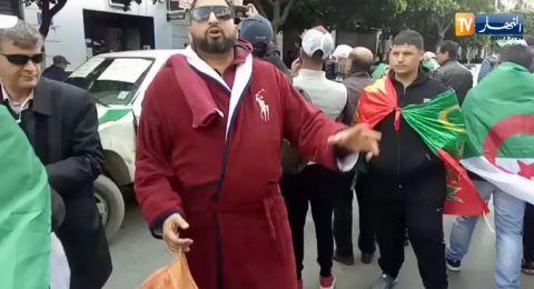 لماذا ارتدى متظاهر برنس حمام وحمل شامبو وسط مظاهرات الجزائر؟
