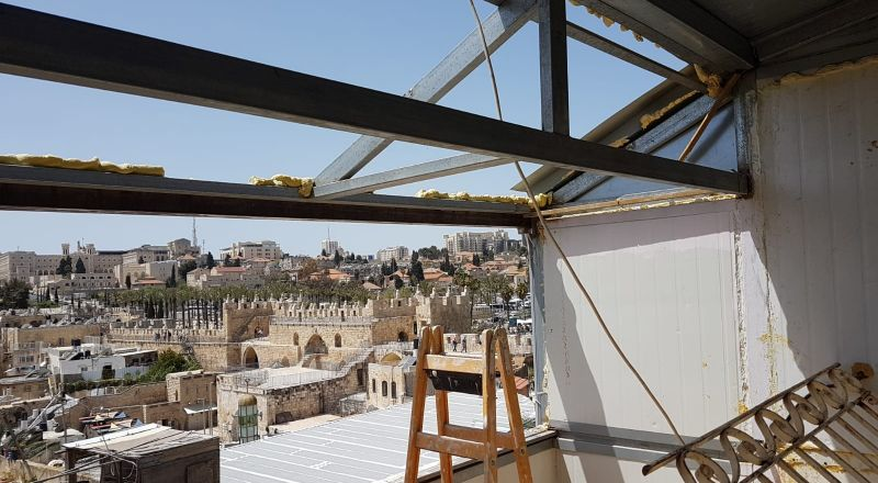 بلدية القدس تجبر عائلة مقدسية على هدم منزلها في
