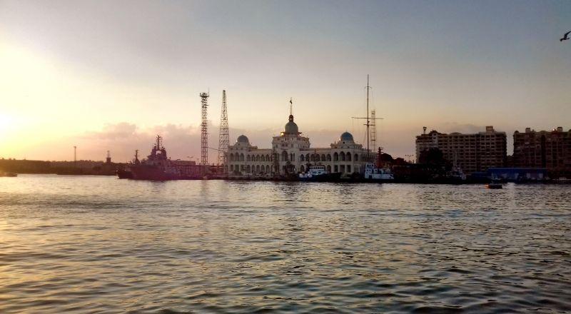 أول تعليق مصري رسمي بشأن توقيف سفينة إيرانية في قناة السويس