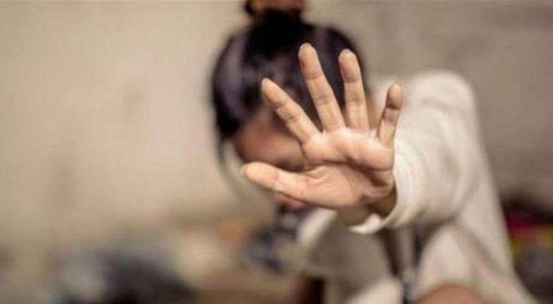 لم يستطع مقاومة جمال مريضته.. إنفرد بها داخل العيادة وإغتصبها!