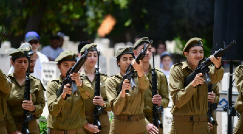 إسرائيل تعترف بمقتل ضابط على يد جندي إسرائيلي في غزة العام الماضي