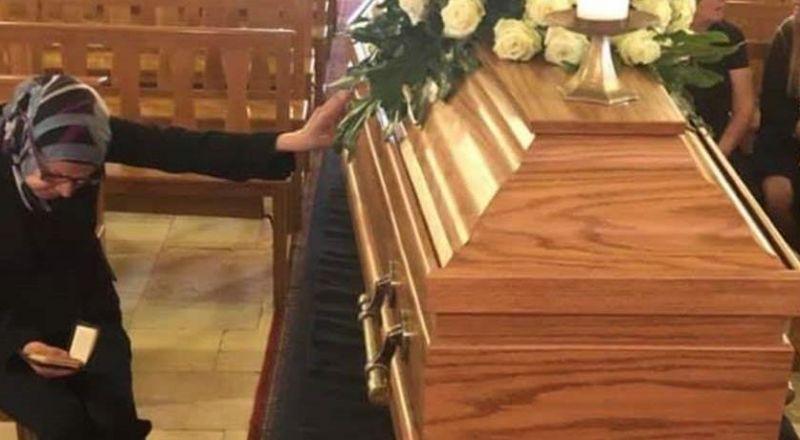 سيّدة مسلمة تصلّي لجارتها المتوفّاة داخل الكنيسة