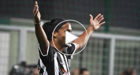تذكرونه... رونالدينيو يسجل هدفا رائعا ويجهش بالبكاء