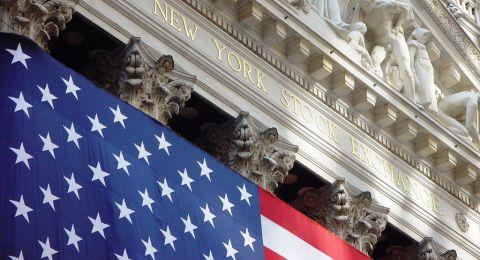 الأسهم الأمريكية تغلق منخفضة بفعل خسائر لأسهم البنوك وتوترات سوريا