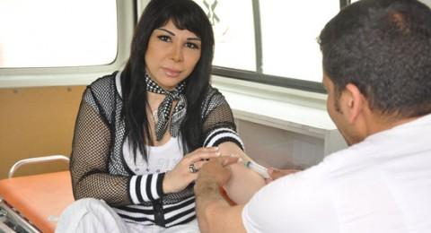 الصور.. غادة إبراهيم تشارك الطلاب التبرع بالدم
