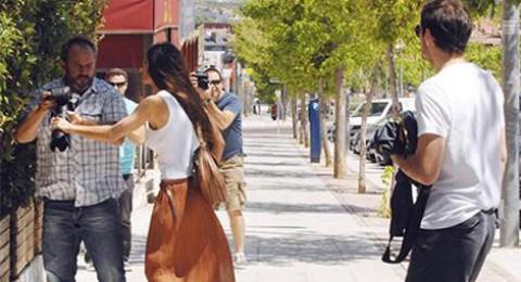 شاهد بالصور..المصورون يلاحقون كاسياس وخطيبته في الشارع!!