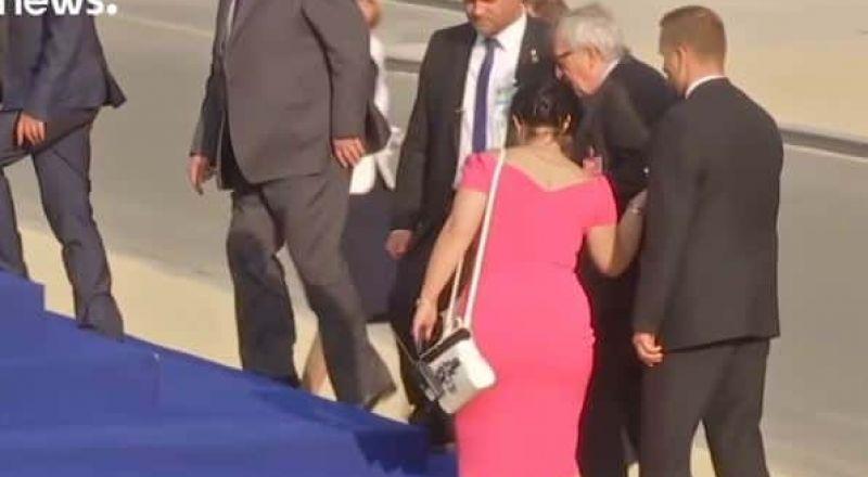 رئيس المفوضية الأوروبية يتعثر مراراً قبيل عشاء لقادة الناتو