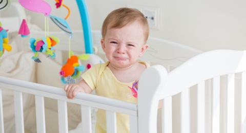 دراسة تكشف سبب بكاء طفلك الرضيع كلما ابتعدت عنه!