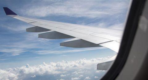 ركاب طائرة ينجون من