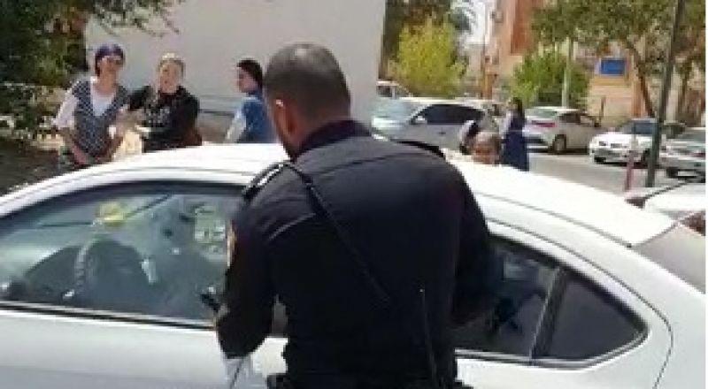 شرطي يكسر نافذة سيارة لينقذ طفلاً بعدما أغلقها  على نفسه