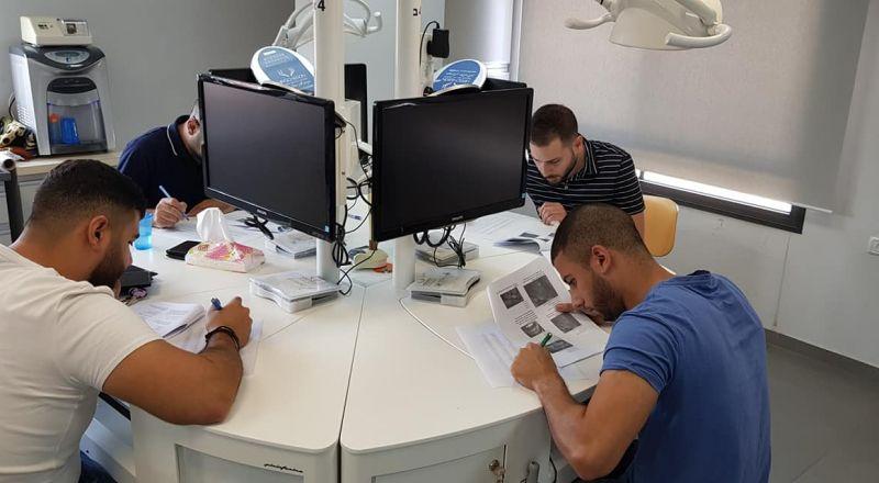 60 طبيب وطبيبة أسنان يستعدون للامتحان الحكومي ضمن دورة جمعية أطباء الأسنان العرب