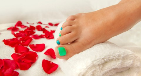 5 وصفات طبيعية لتقشير وتفتيح القدمين