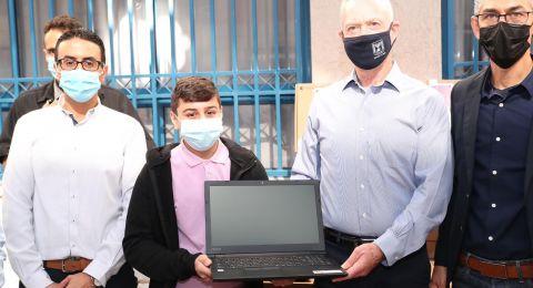 في اطار برنامج الوزير الهادف لتوزيع 150 ألف حاسوب ..يوآب غالانت، يزور  باقة الغربية