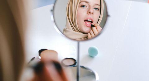 5 خطوات لاختيار أحمر الشفاه المناسب للمرأة المحجبة