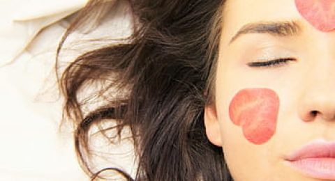 ماسكات طبيعية لبشرة مخملية في يوم الحب