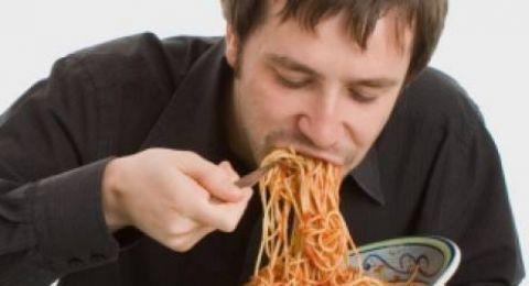 عادة الأكل بسرعة.. ماذا يحدث للجسم؟ وما الحل؟