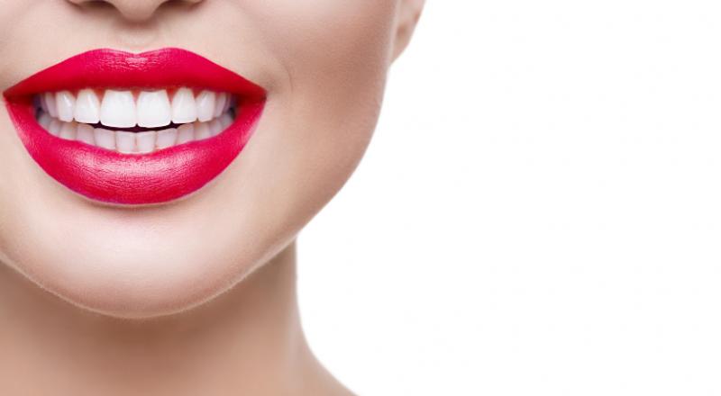 وصفات طبيعية لتبييض الأسنان.. حضّري ضحكتَكِ ليوم الحب