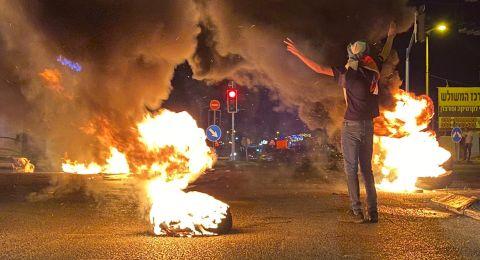 متظاهرو الطيبة يغلقون الشارع الرئيسي ويحرقون اطارات