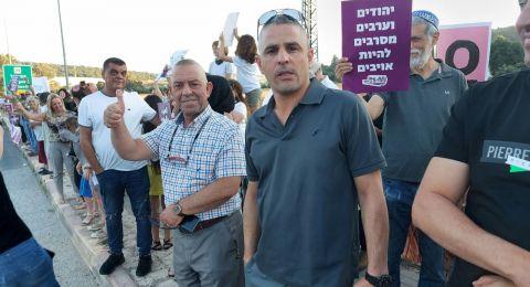 يهود وعرب يقفون معًا بعشرات المواقع في جميع أنحاء البلاد: