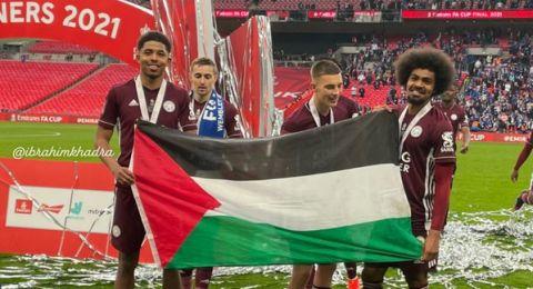 ليستر سيتي يرفع كأس الاتحاد الإنجليزي وعلم فلسطين