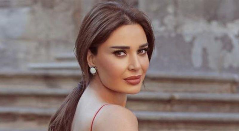سعره يتخطى الـ 5000 دولار.. شاهدوا فستان سيرين عبد النور الذهبي المميز (فيديو)
