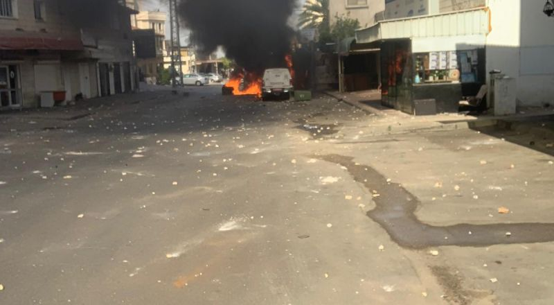 مواجهات في كفر قاسم وحرق سيارات للشرطة واصابة احد افرادها