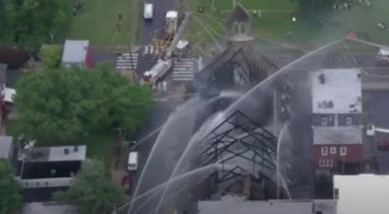 حريق يلتهم كنيسة تاريخية في فيلاديلفيا