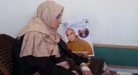 والدة الأسير العويوي تضرب عن الطعام إسنادا لنجلها المضرب منذ 69 يوما