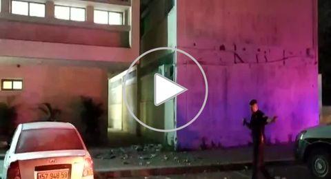 صاروخ اطلق من قطاع غزة يستهدف مبنى سكني في