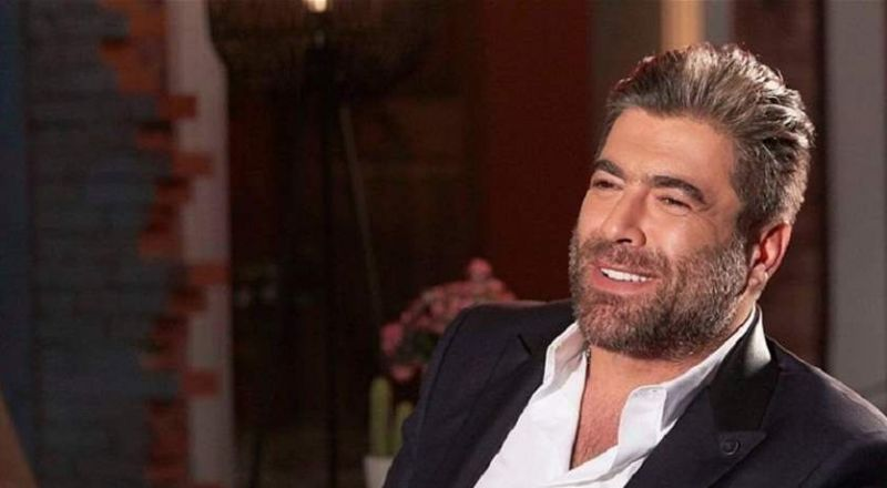 بعد طلاقه: وائل كفوري يُداعِب شعر سيدة.. من هي؟